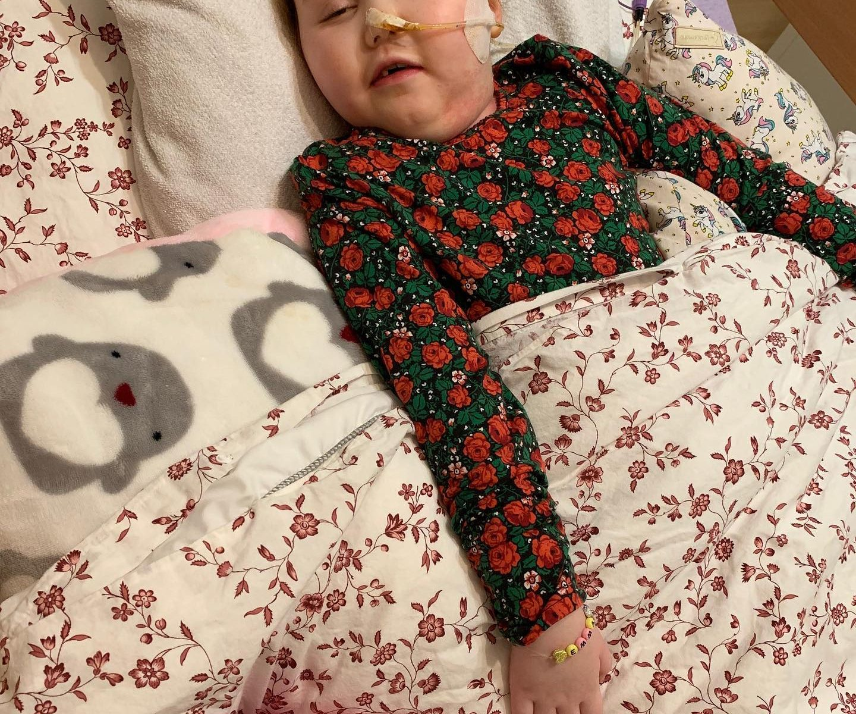 Emma schläft im Bett