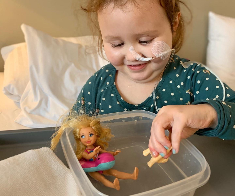 Emma spielt mit Barbies