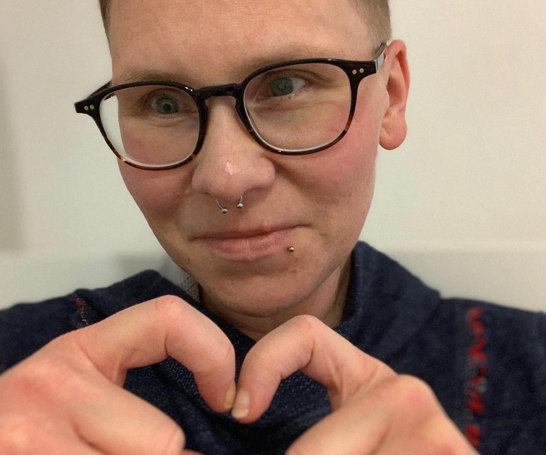 Marion mit Herzfingern
