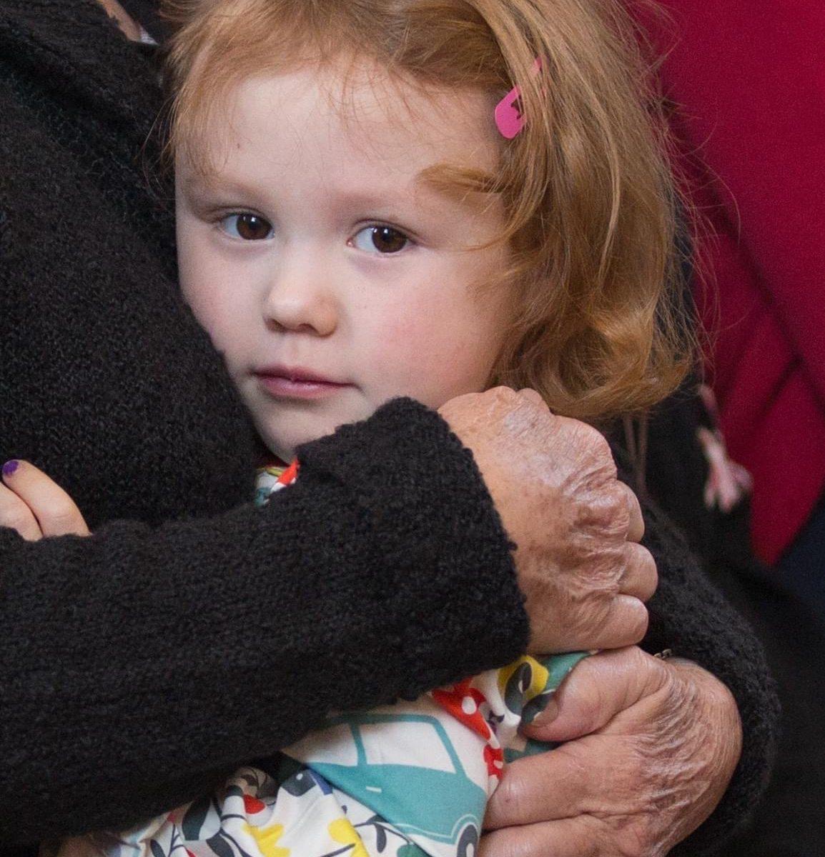 Emma im Arm von Oma Rosi